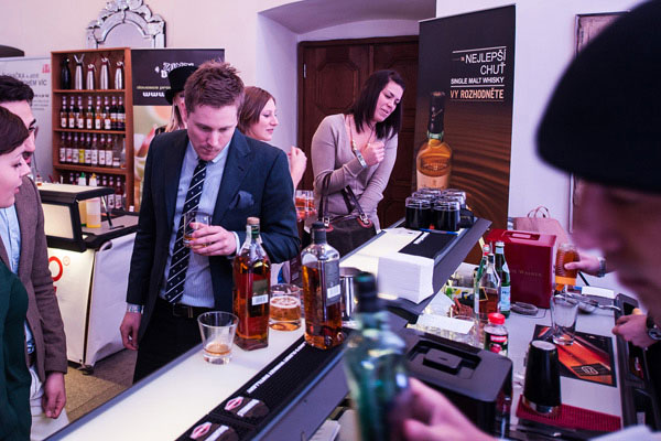 Besucher der Prager Bar Show probieren den Johnnie Walker Black Label Scotch